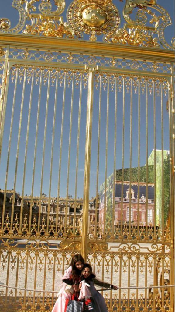 girls-at-gates